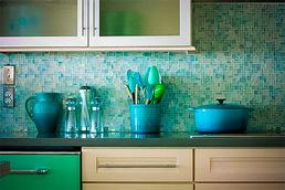 Мягкий сине-зелёный: не чересчур ли такой цвет для кухни?